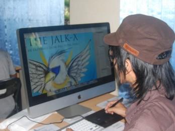 Mahasiswa DKV berinteraksi dengan komputer